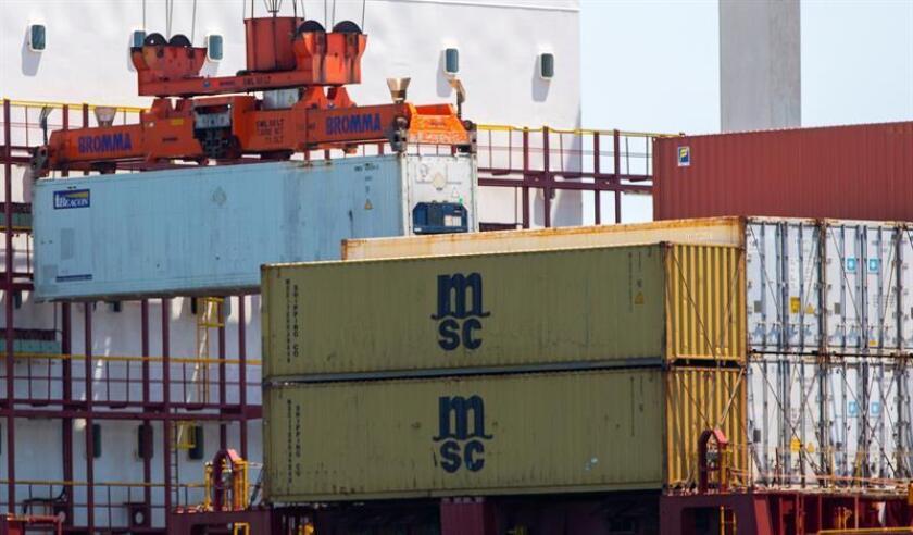 Vista de contenedores dentro y fuera de un buque de carga en la Terminal de Embarque de Conley en Boston, Massachusetts (EE.UU.). EFE/Archivo