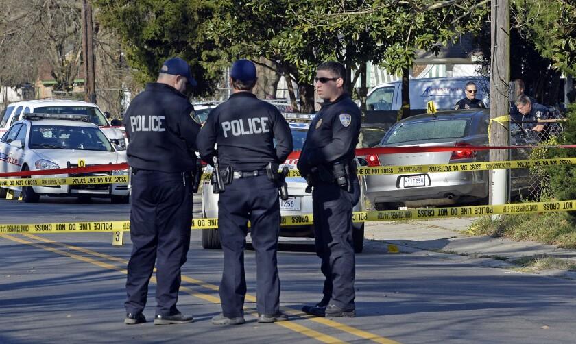 Policías investigan la escena de un tiroteo. Los policías que fueron baleados la madrugada del sábado durante un enfrentamiento con un sospechoso respondían a un reporte sobre una persona provocando daños en una propiedad. (Foto AP/Bill Feig)