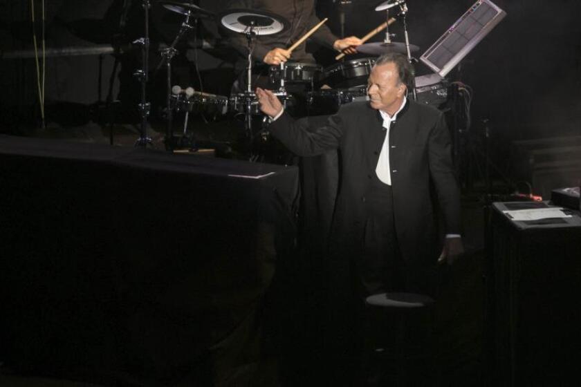 El cantante Julio Iglesias, durante su actuación en el concierto que ofreció en el Gran Canaria Arena, iniciando su gira española en la capital canaria, el 21 de julio de 2016. EFE/Ángel Medina G./Archivo