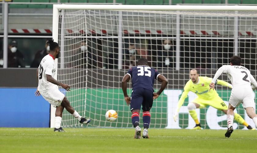 Frank Kessie anota un gol de penal ante Benfica que dio al Milan el pase a los octavos de final de la Liga Europa el 25 de febrero del 2021 en Milán. El club italiano enfrentará ahora al Manchester United. (AP Photo/Antonio Calanni)