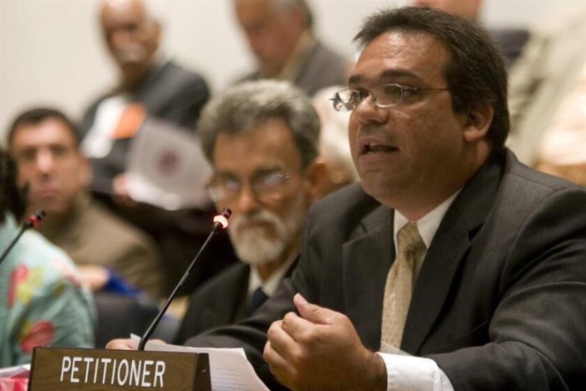 El miembro de la Coalición Puertorriqueña Contra la Pena de Muerte Edgardo Román Espada participa el 15 de junio de 2009, en Nueva York (EEUU), en las audiencias del Comité de Descolonización de la ONU en las que se comenzaron a escuchar los reclamos de diversas organizaciones de la isla sobre la relación política con Estados Unidos. EFE/Archivo