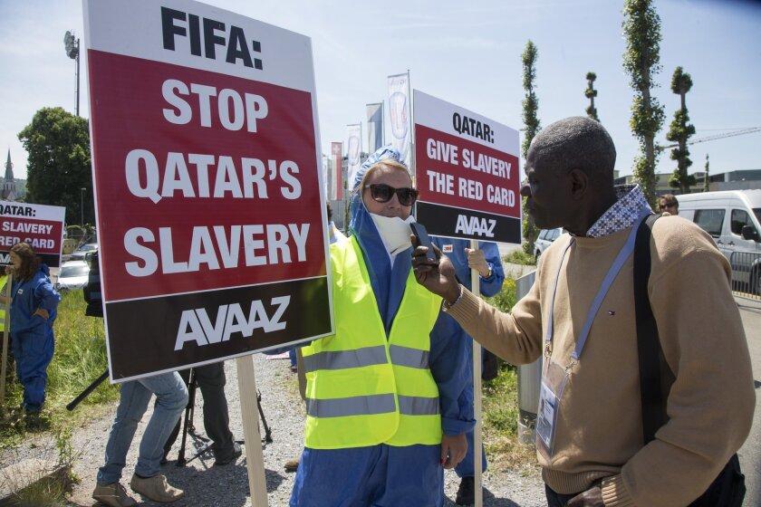 La FIFA enfrenta protestas por la elección de Catar 2022 y las condiciones laborales.