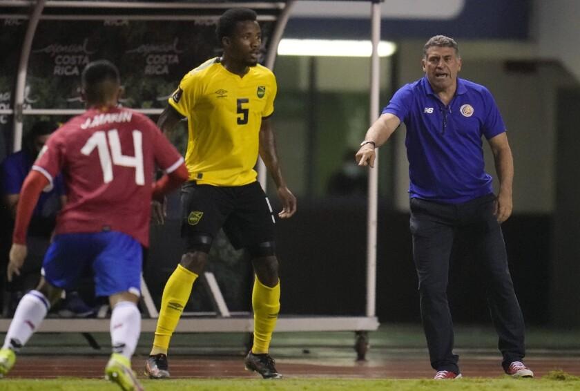 El técnico de Costa Rica Luis Fernando Suárez (derecha) imparte instrucciones durante el partido contra Jamaica por las eliminatorias de la Copa Mundial, el miércoles 8 de septiembre de 2021. (AP Foto/Arnulfo Franco)
