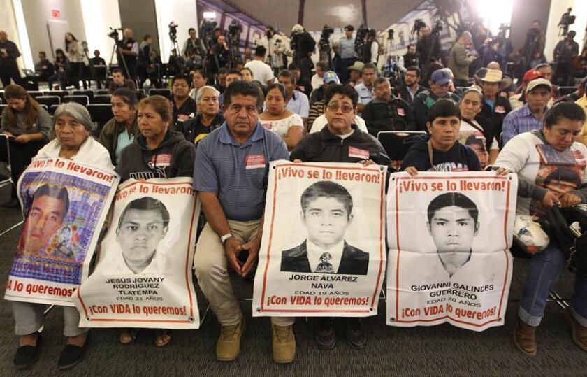 Familiares de los jóvenes desaparecidos de la normal rural de Ayotzinapa acudieron el 15 de enero de 2019 a la instalación de la Comisión Presidencial para la Verdad y Acceso a la Justicia en el Caso Ayotzinapa, en Ciudad de México (México). EFE/Archivo