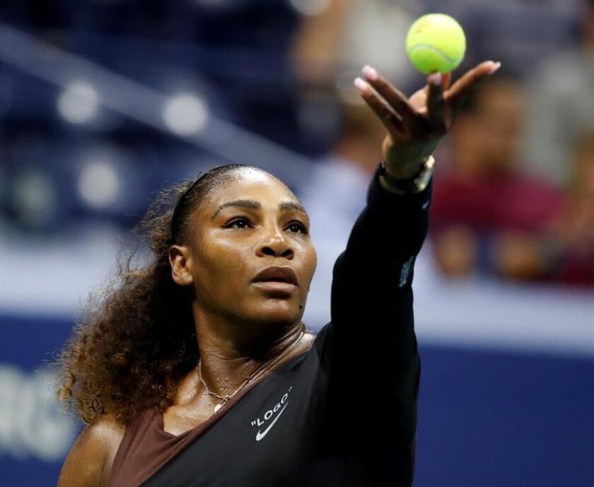 Serena Williams de Estados Unidos sirve una bola a Karolina Pliskova de República Checa hoy, martes 4 de agosto de 2018, en el Abierto de Estados Unidos, en el USTA National Tennis Center, en Nueva York (EE.UU.). EFE