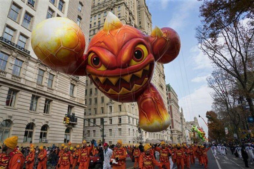El globo Skylanders Eruptor flota en el desfile de la cadena Macy's por el Día de Acción de Gracias en Nueva York, el jueves 24 de noviembre de 2016.