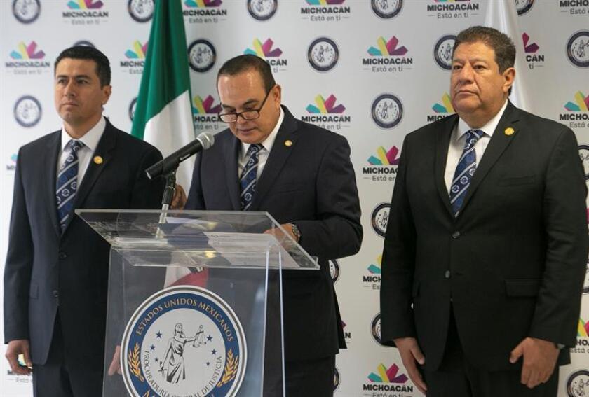 El fiscal general de Michoacán, José Martín Godoy (c), ofrece declaraciones hoy, lunes 25 de junio de 2018, en Morelia (Mexico). EFE