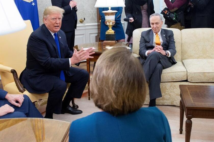 El presidente estadounidense, Donald J. Trump (I), se reúne con los líderes demócratas en la Cámara de Representantes y el Senado, Nancy Pelosi (c-espaldas) y Chuck Schumer (d) en el Despacho Oval de la Casa Blanca, Washington D.C (Estados Unidos) hoy, 11 de diciembre de 2018. EFE/Pool