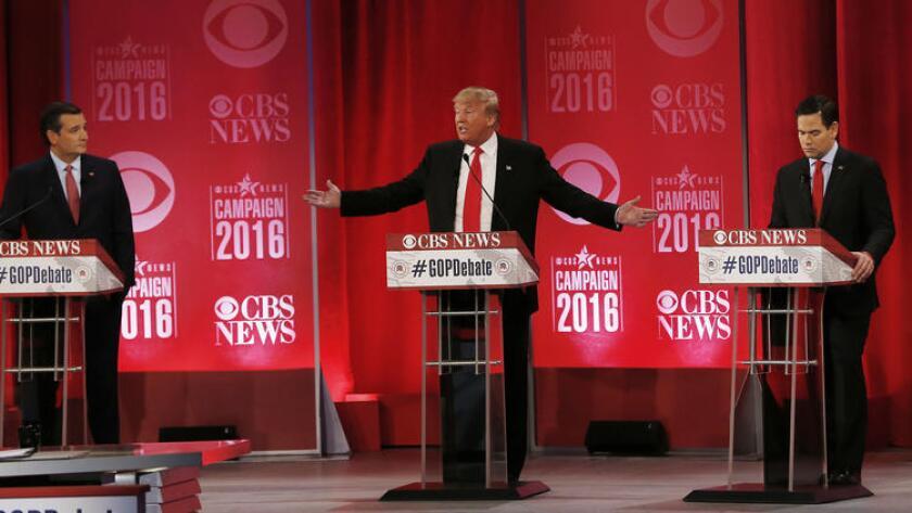 Donald Trump, entre los senadores Ted Cruz (izq.) y Marco Rubio (der.), durante el debate presidencial republicano en el Peace Center, el sábado 13 de febrero en Greenville, Carolina del Sur.
