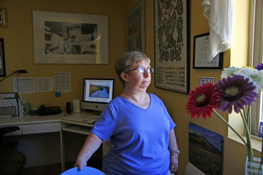 Deborah Paddison posa en su oficina en Phoenix, mientras se recupera de su operación ortopédica más reciente. Ella teme que ninguna aseguradora cubra sus gastos médicos si la Ley de Protección al Paciente y Cuidado de Salud Asequible de Estados Unidos es derogada. Durante la mayor parte de su vida ella ha luchado contra la artritis reumatoide, una enfermedad autoinmune que ataca a las articulaciones y los tejidos. Paddison trabaja como escritora independiente y dice que le debe en parte su independencia a la cobertura subsidiada en virtud de la ley de salud. (AP Foto/Ross D. Franklin)