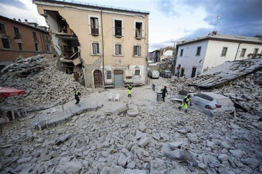 Un edificio se mantiene en pie luego de que parte de su estructura se derrumbase tras un sismo que remeció la localidad de Amatrice, en el centro de Italia, el 24 de agosto de 2016.