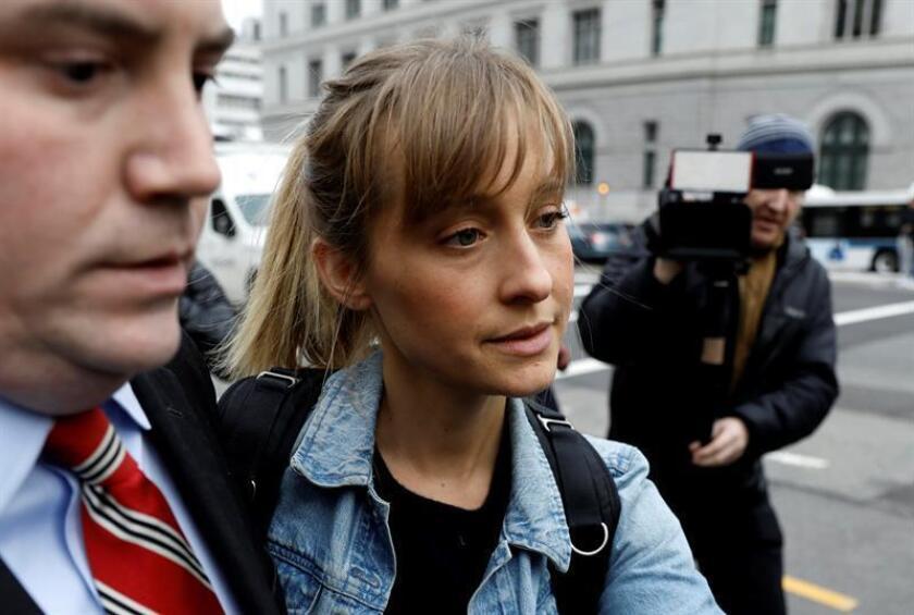 """La actriz Allison Mack, conocida por su papel en la serie """"Smallville"""", abandona el Tribunal Federal hoy, martes 24 de abril de 2018, en Brooklyn, Nueva York (EE.UU.). EFE"""
