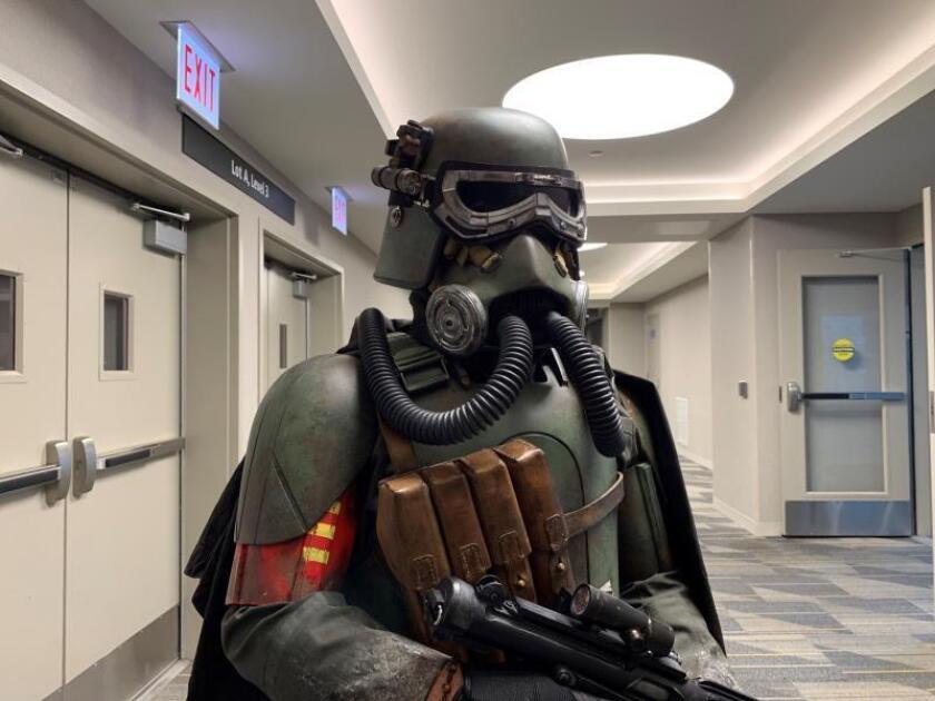 """Vista de un aficionado de Star Wars disfrazado de """"mudtrooper"""" o """"soldado de pantano"""". EFE/Javier Romualdo/Archivo"""
