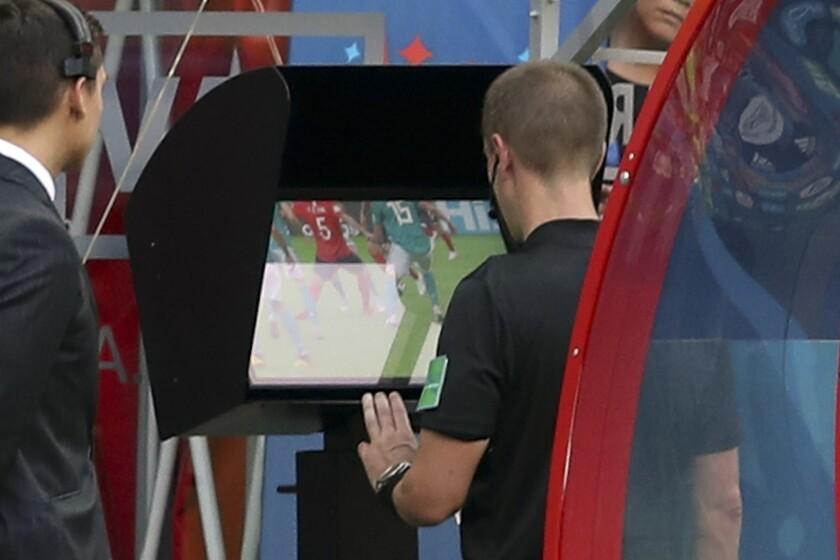El árbitro estadounidense Mark Geiger obvserva el sistema de videoarbitraje, conocido como VAR, durante el partido por el Grupo F del Mundial 2018 entre Corea del Sur y Alemania el miércoles 27 de junio de 2018 en Kazán, Rusia.