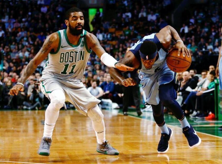 Mario Chalmers (d) de Memphis Grizzlies disputa el balón con Kyrie Irving (i) de Boston Celtics hoy, lunes 26 de febrero de 2018, durante su juego de la NBA en el TD Garden in Boston, Massachusetts (EE.UU.). EFE