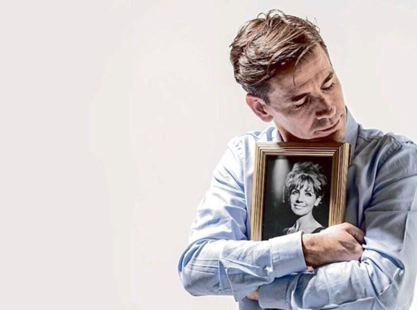 El actor mexicano Sergio Ochoa abraza un retrato de su madre Leonorilda en una imagen de promoción del monólogo que se presenta este sábado en Torrence.