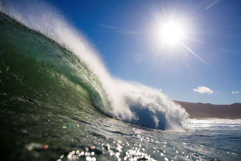 Fotografía de una ola en el Océano Atlántico. EFE/Archivo