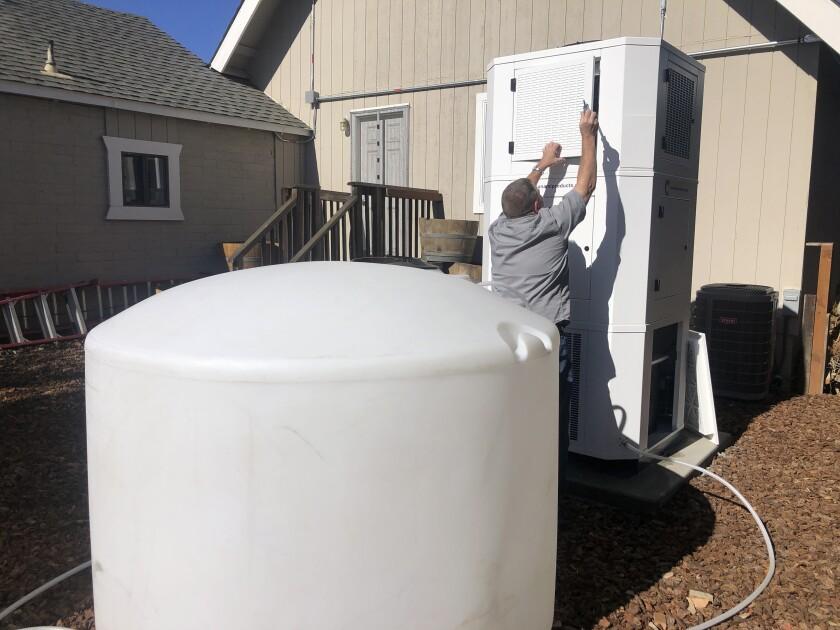 Ted Bowman, ingeniero de Tsunami Products, instala una máquina que puede obtener agua del aire