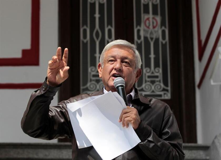 El próximo presidente de México, Andrés Manuel López Obrador, se enzarzó hoy en una disputa con el Instituto Nacional Electoral (INE) después de que el ente multara a su partido por una presunta financiación ilegal a través de un fideicomiso creado para ayudar a los damnificados por el terremoto de 2017. EFE/Archivo