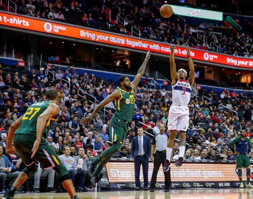 El escolta de los Washington Wizards Bradley Beal (d) en acción contra el delantero del Utah Jazz Royce O'Neale (c) y el centro de Utah Jazz el francés Rudy Gobert (i) durante un partido de baloncesto de la NBA entre Utah Jazz y Washington Wizards disputado este lunes en el CapitalOne Arena de Washington, DC (EE.UU.). EFE
