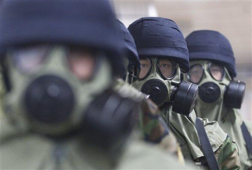 Policías surcoreanos con máscaras antigas realizan un entrenamiento antiterrorista en la estación Yoido del tren subterráneo, el martes 23 de agosto de 2016, en Seúl, Corea del Sur. Las fuerzas armadas surcoreanas dijeron el miércoles 24 que Corea del Norte realizó una prueba de lanzamiento de misil desde un submarino frente a su costa del este.