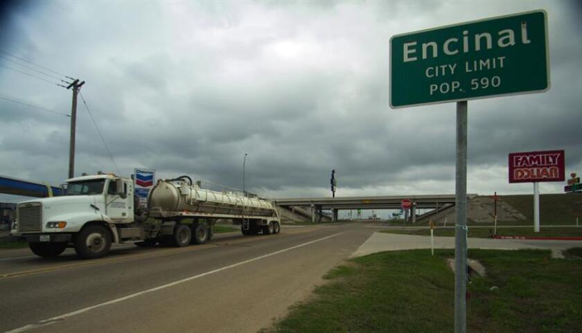 Vista de una carretera este lunes, 19 de febrero de 2018, en Encinal, localidad ubicada 25 millas al norte de Laredo, Texas (EE.UU.). El ranchero Ricardo Daniel Palacios, quien vive en Encinal, promueve una demanda civil que podría convertirse en la primera en su tipo en Texas que reta al gobierno federal. EFE