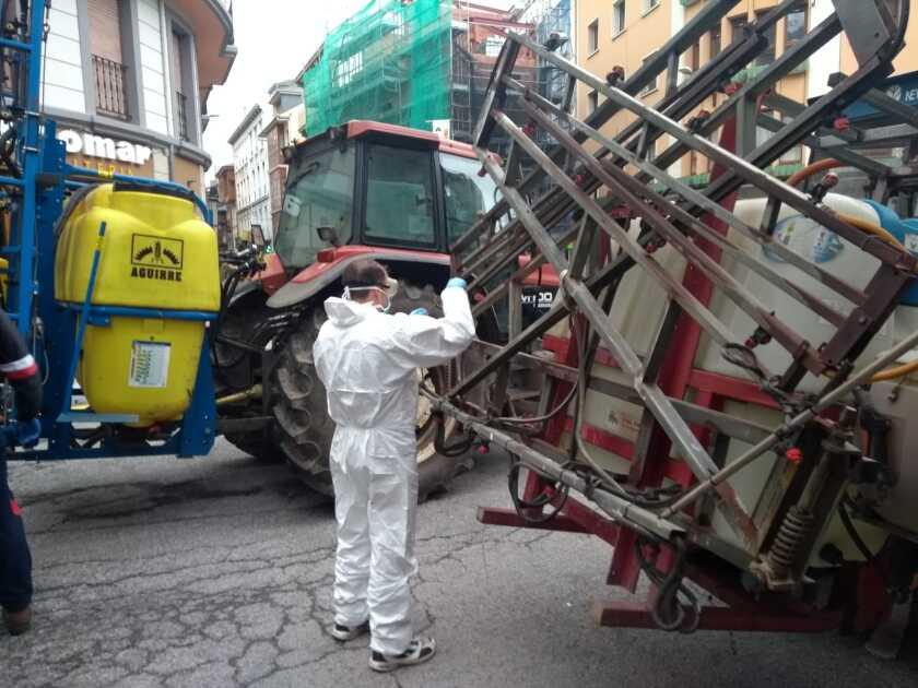 Decenas de tractores fumigan comercios y calles rurales para combatir la pandemia que ha cobrado miles de vidas en España. Alrededor del 25% de la población en los campos de España tienen más de 65 años.