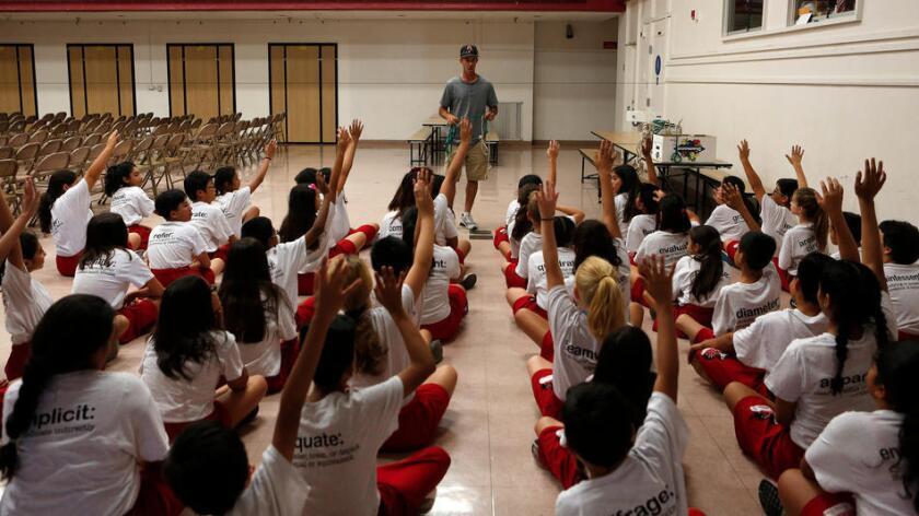 Estudiantes de Lawrence Middle School, en Chatsworth, escuchan a su maestro de educación física, el 1 de septiembre pasado (Los Angeles Times).