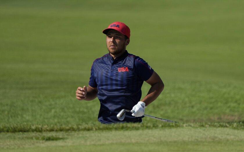 El golfista estadounidense Xander Shauffele observa un golpe desde el 17mo hoyo durante la final del torneo masculino de golf en los Juegos de Tokio, el 1 de agosto de 2021, en Kawagoe, Japón. (AP Foto/Andy Wong)