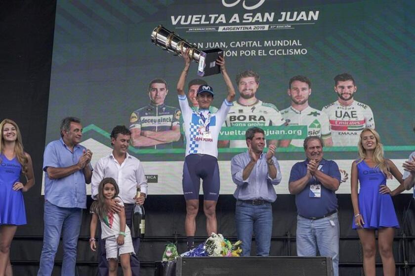 El ciclista colombiano Winner Anacona (c), del Movistar Team, fue registrado este domingo al celebrar su victoria final en la Vuelta a San Juan (Argentina). EFE