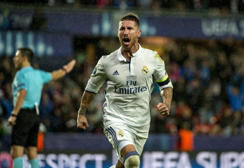 El jugador del Real Madrid Sergio Ramos celebra después de anotar el gol del empate 2-2 hoy, martes 9 de agosto de 2016, durante un partido entre el Real Madrid y el Sevilla por la Supercopa de Europa, en el estadio Lerkendal de Trondheim (Noruega).