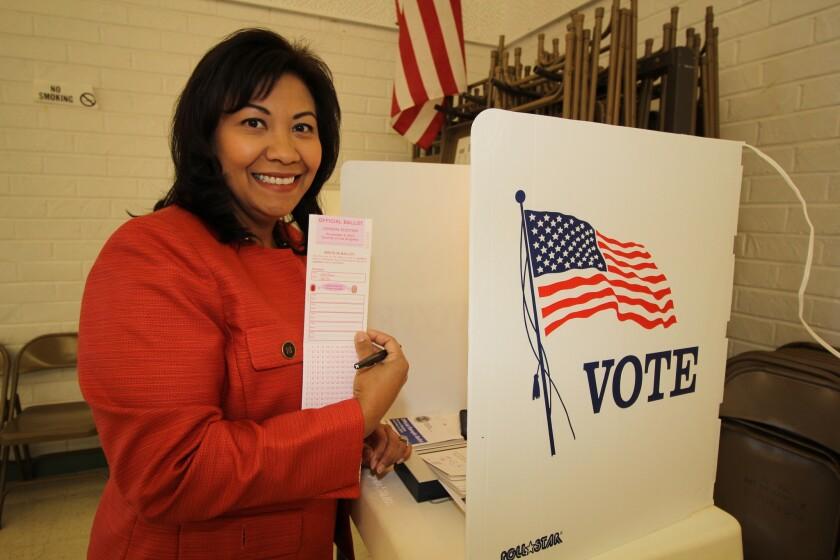 La senadora de origen guatemalteco Norma Torres es captada al momento de emitir su voto.