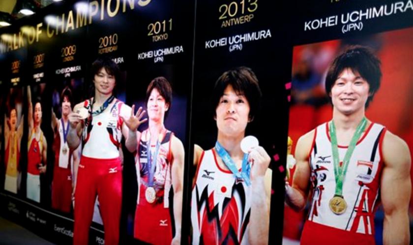 En esta imagen de archivo del 30 de octubre de 2015, el japonés Kohei Uchimura posa en el Paseo de los Campeones con su sexta medalla de oro, tras ganar la final masculina del concurso completo individual de gimnasia en el Mundial de Gimnasia Artística en el SSE Hydro Arena de Glasgow, Escocia. (AP Foto/Matthias Schrader, Archivo)