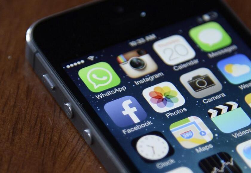 Facebook y su servicio de mensajería instantánea Facebook Messenger ocuparon los dos primeros puestos de la lista de aplicaciones para teléfonos inteligentes más usadas en EEUU en 2016. EFE/ARCHIVO
