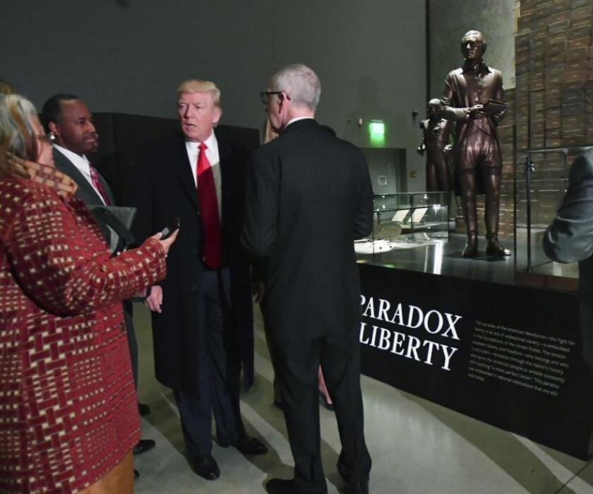 """El presidente, Donald Trump, cargó hoy contra las manifestaciones de odio y denunció en particular el antisemitismo durante una visita al Museo de Historia y Cultura Afroamericana, donde prometió continuar con la """"promesa de libertad"""" para la comunidad negra y trabajar para unir al país. EFE"""
