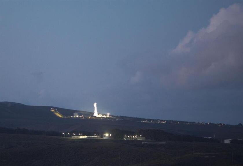 Vista del satélite español Paz de observación de la Tierra, un dispositivo diseñado para fines militares y civiles, despegando hoy, jueves 22 de febrero de 2018, a bordo de un cohete Falcon 9 de la compañía SpaceX desde la base aérea de Vandenberg, California (EE.UU.). EFE