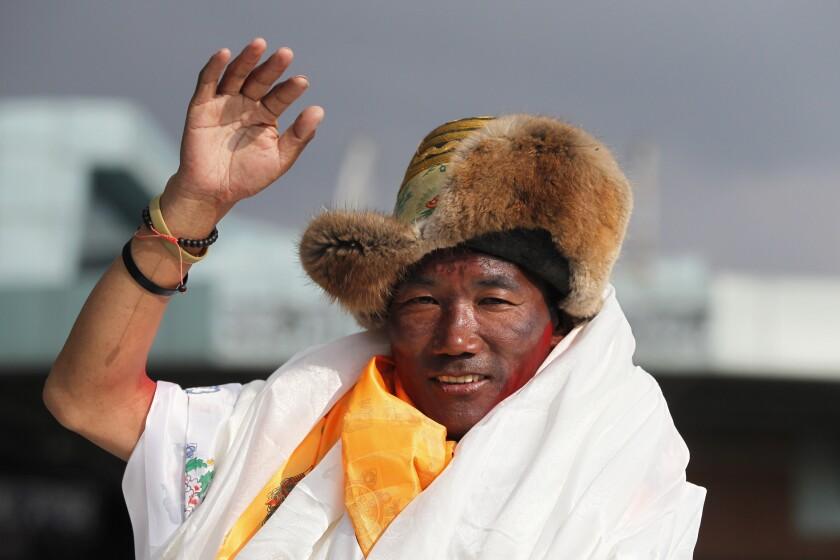 el veterano sherpa nepalés Kami Rita saluda a su llegada a Katmandú, Nepal.