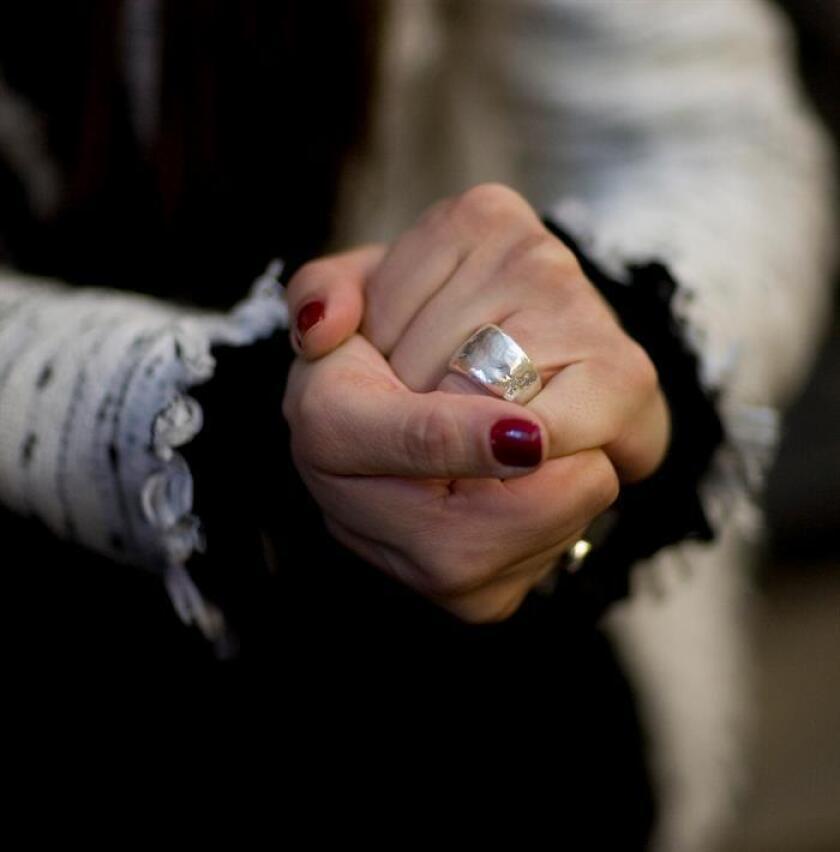 Vista de una mujer con un anillo de compromiso. EFE/Archiov