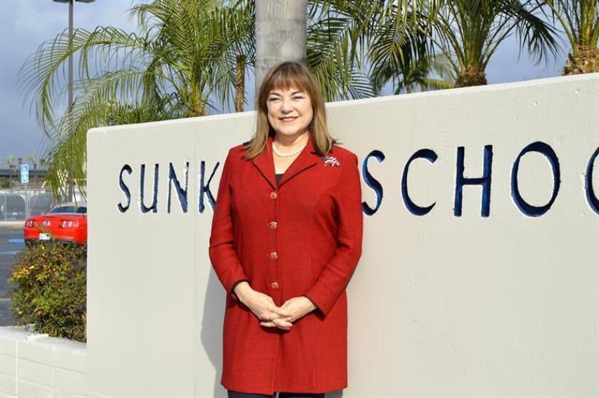 La congresista por California Loretta Sánchez posa frente a la entrada de la Escuela Elemental Sunkist en el condado Orange, al sureste de Los Ángeles. EFE/Archivo