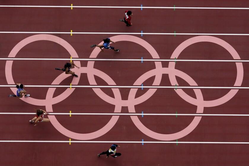 Corredoras compiten en la primera ronda de los 100 metros femeninos de los Juegos Olímpicos de Tokio 2020