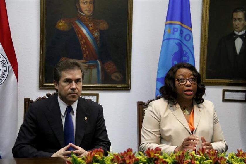 El canciller paraguayo, Luis Castiglioni (i), y la directora de la Organización Panamericana de la Salud (OPS), Carissa Etienne (d), participan en una firma de acuerdos este lunes, en la sede de la Cancillería, en Asunción (Paraguay). EFE
