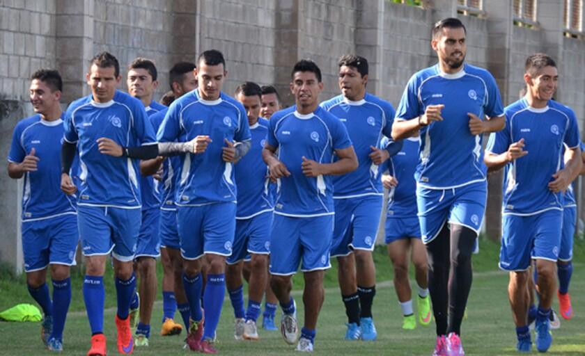Los salvadoreños se alistan como pueden para la eliminatoria mundialista.