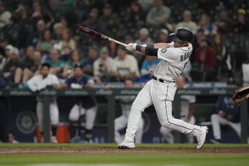 Jake Bauers, de los Marineros de Seattle, conecta el cuadrangular de la ventaja en el octavo inning del juego de la MLB que enfrentó a su equipo con los Mellizos de Minnesota, el 14 de junio de 2021, en Seattle. (AP Foto/Ted S. Warren)