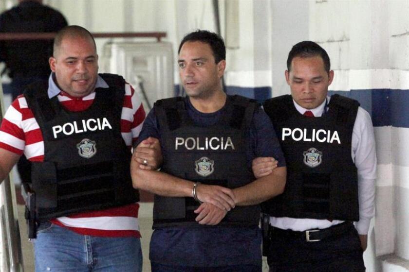 Foto de archivo del exgobernador del estado mexicano de Quintana Roo (2011-2016), Roberto Borge (c) en la sede de la Dirección de Investigación Policial de Panamá, en la capital panameña. EFE/Archivo