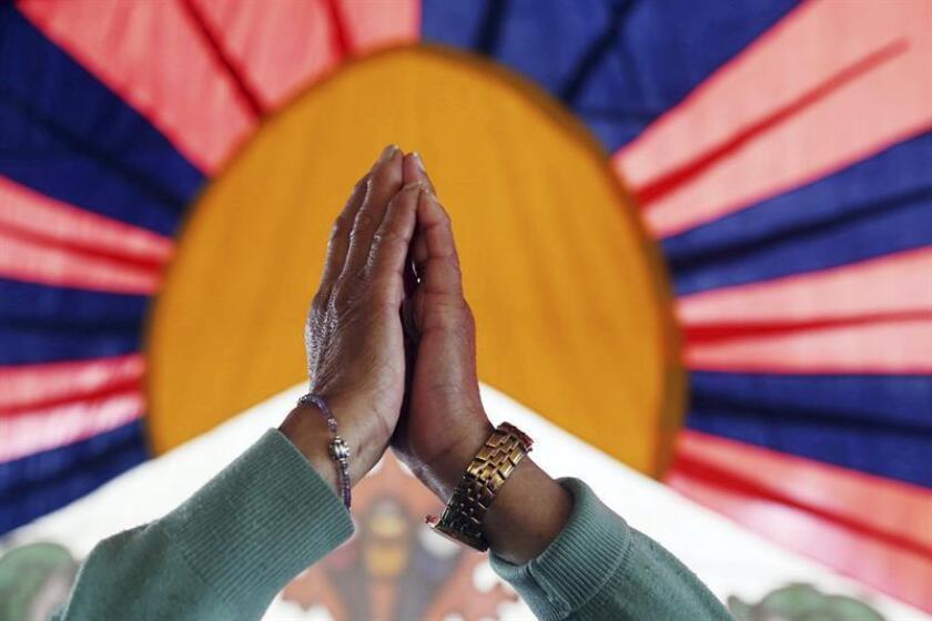 Vista de las manos de unos tibetanos en el exilio que participan en una marcha pacífica en China. EFE/Archivo