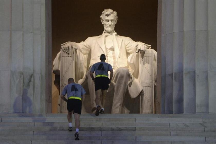 Dos corredores se ejercitan en las escaleras del Monumento a Lincoln en Washington (Estados Unidos). EFE/Archivo