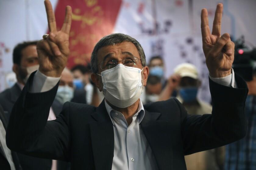 El expresidente Mahmoud Ahmadineyad hace el signo de la victoria con dos dedos en alto mientras se registra como candidato para las presidenciales del 18 de junio, en el Ministerio del Interior, en Teherán, Irán, el 12 de mayo de 2021. (AP Foto/Vahid Salemi)