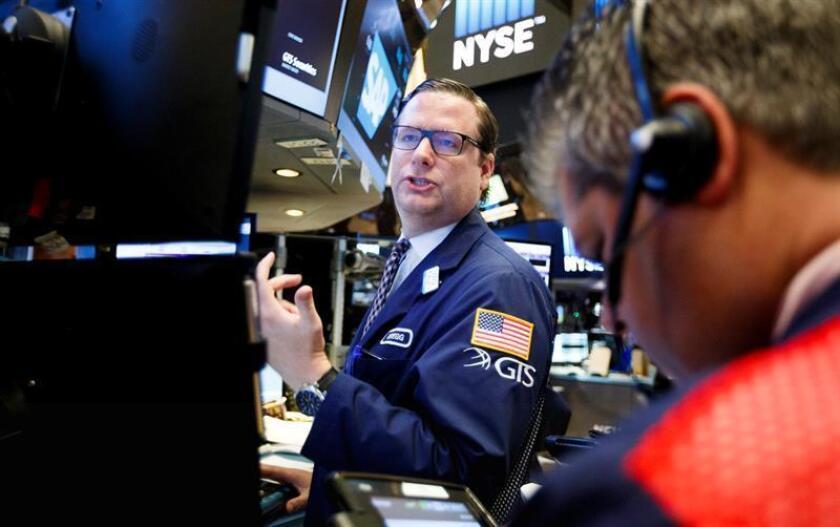 Wall Street cerró hoy al alza y nuevos récords históricos del selectivo S&P 500 y el índice compuesto del mercado Nasdaq, mientras que el Dow Jones de Industriales acarició la barrera de los 20.000 puntos. EFE/ARCHIVO
