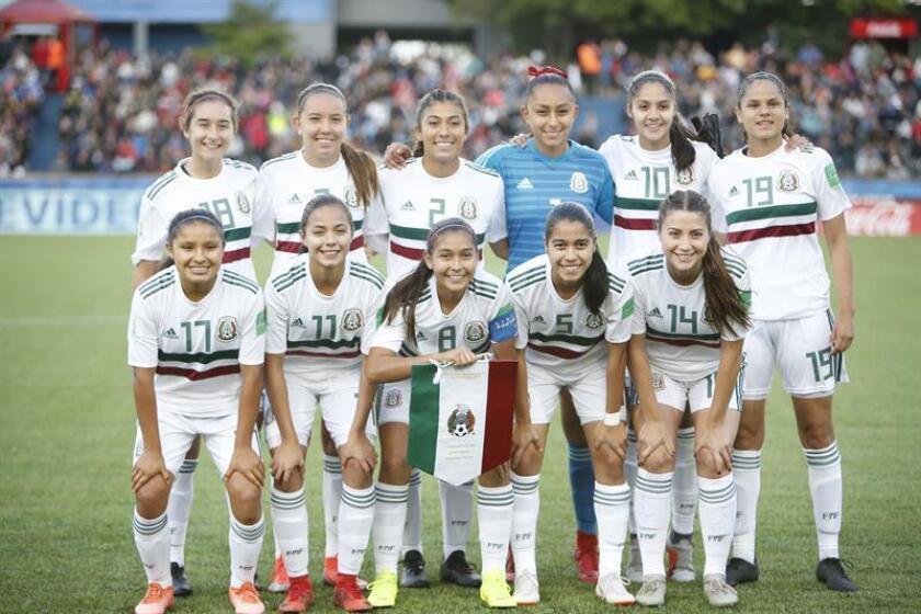 El equipo de México posa para la foto oficial ante España en la Copa Mundial Femenina de Fútbol Sub-17 entre España y México hoy, en Montevideo (Uruguay). EFE/Archivo