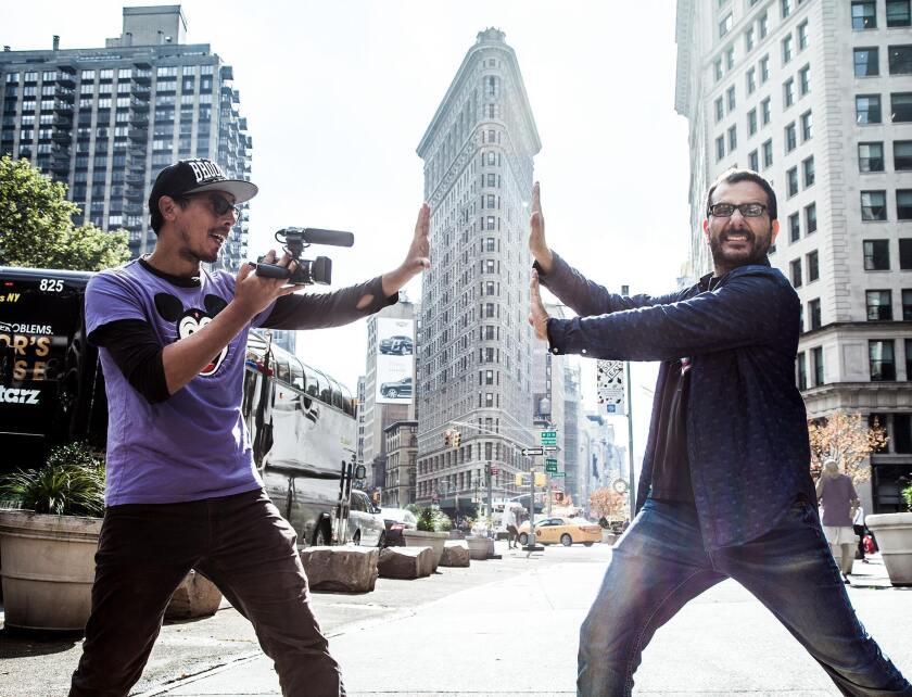 El director JuanMa Calderón (izq.) al lado del intérprete Giovanni Ciccia, quien se ha convertido en el 'actor fetiche' del primero y protagoniza las comedias independientes que se pueden ver esta semana en Los Ángeles.